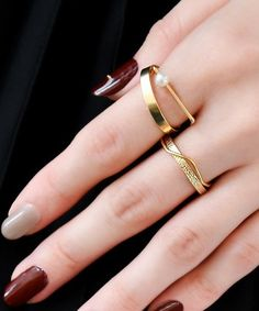 デザインや質感の違う指輪を重ねて。 ゴールドの少し太めの指輪が存在感があるので、合わせるものは繊細なものをチョイスすると◎