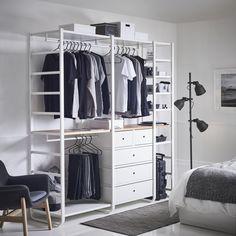 ELVARLI combinatie | IKEA IKEAnl IKEAnederland kast kledingkast garderobekast wit slaapkamer kamer inspiratie wooninspiratie interieur wooninterieur kleding opbergen opberger opbergmeubel VEDBO fauteuil stoel HEKTAR lamp verlichting