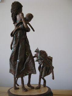 Peekaboo Mixed media sculpture of mother por Stephaniessculptures