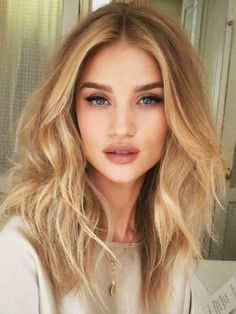 Rosie Huntington-Whiteley beachy waves hairstyle #wavyhair #beachwaves #wavyinspo #hairinspo #hairstlye #t3micro