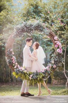 Utterly romantic prewedding portrait overflowing with enchanting garden vibes! #weddingphotography #prewedding