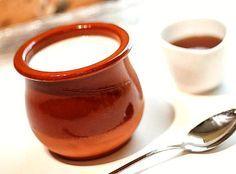 Cuajada casera, la de siempre que la puedes preparar fácilmente con solo 4 ingredientes. Un postre tradicional en el País Vasco o Cantabria