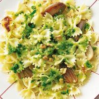 Farfalle mit Walnuss-Pesto und Schalotten@brigittemagazin