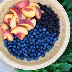 Delicious summer fruits for breakfast!  3 peaches, 2 of cups wild blackberries, and 2 of cups blueberries! #fruitisfuel Summer Fruit, Healthy Eating, Healthy Snacks, Raw Food Recipes, Healthy Recipes, Blessing, Yummy Food, Annie Jaffrey, Fruits And Veggies