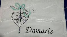Toalha de lavabo Damaris com lindo desenho de coração estilizado. Temos outros padrões, executamos outros tamanhos de bordado. Enviamos para todo o Brasil. Criação Bordados da Iuri