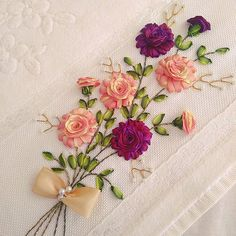 Beautiful Flowers with Step by Step How to Make Silk Ribbon Embroidery, Hand Embroidery, Crochet Projects, Sewing Projects, Flower Step By Step, Ribbon Projects, Satin Ribbon Flowers, Ribbon Design, Ribbon Work