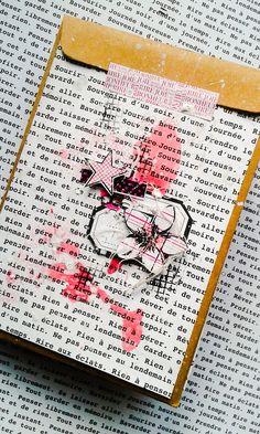 Bonjour, voici un mini album 100% Girly réalisé pour Graffiti girl avec la collection « Girly » et divers tampons, pochoirs et dies! La structure est montée sur 2 pochettes kraft bises Steph