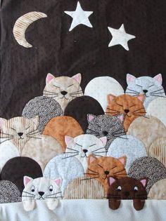 Cat quilt, class photo posted by Smaranda Bourgery, Beauce-Arts Textiles (France) Patchwork de chats Crazy Quilting, Patchwork Quilting, Applique Quilts, Cat Applique, Mini Quilts, Baby Quilts, House Quilts, Children's Quilts, Star Quilts