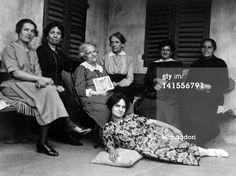 La madre di Guido nel 1920, circondata da un gruppo di amiche