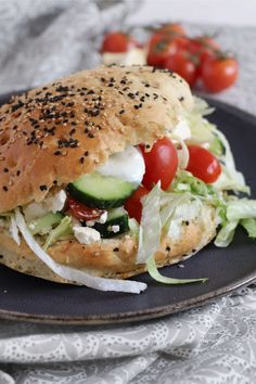 Feta, Quesadilla Recipes, Diy Food, Salmon Burgers, Bagel, Finger Foods, Sandwiches, Bread, Dinner