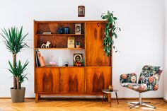 """We visited Julia Mirny's apartment as part of our """"Details"""" editorial. You can read more here: http://patyna.pl/juliamirny/ (in Polish) http://patyna.pl/details-juliamirny/ (in English) #vintage #vintagefinds #fleamarket #fleamarketfinds #home #visit #interior #apartment #furniture #decor #design #photoshoot #editorial"""