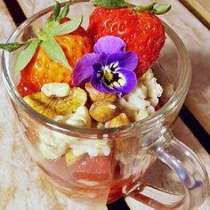 Pomyślelibyście, że owsianka może tak smakowicie wyglądać? A zapewniam, że smakuje równie dobrze 😉 sposób podania ma w przypadku jedzenia ogromne znaczenie! Po przepis zapraszam na opycha.pl 😍  #food #foodporn #instafood #foodinsta #eatclean #Fit #healthy #tasty #flower #oatmeal #strawberry #nuts #breakfast #zdrowe #sniadanie #owsianka #pyszne #truskawki #orzechy #kwiaty #opychapl