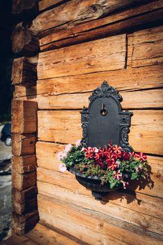 Romantikhütte mit altem Brunnenbecken und liebevoller Blumengestaltung am Musterhaus Luxuschalet am Fuße des Mölltaler Gletschers, Flattach, Innerfragant Clock, Wall, Home Decor, Fountain, Old Wood, Watch, Decoration Home, Room Decor, Interior Design