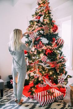 Get inspired with these trendy holiday decorating ideas and turn your home into a winter wonderland. You'll love these classy Christmas decorations. Classy Christmas, Christmas Mood, Merry Little Christmas, Noel Christmas, Christmas And New Year, All Things Christmas, Cute Christmas Tree, Christmas Quotes, Christmas Shopping