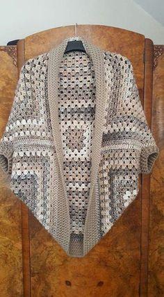 """1. Con cuadros de ganchillo """" El gran cuadrado de la abuelita tradicional y a menudo se utiliza en este tipo de prendas que son mega r..."""