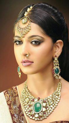 nice Most Beautiful South Indian Actress Anushka Shetty Jewelry Model, Modern Jewelry, Kundan Jewellery Set, Antique Jewellery, Diamond Jewellery, Gold Jewelry, Actress Anushka, Pakistani Actress, Bollywood Actress