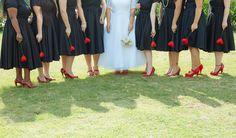 Madrinhas de preto com sapatos vermelhos no casamento da Letícia e do Clauber com o tema rockabilly em São Paulo, onde o casal fez a própria decoração.
