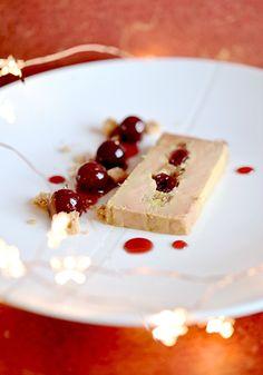 Terrine de foie gras, griottines de Fougerolles et Macvin du Jura Entree Festive, Hors D'oeuvres, Mousse, Fine Dining, Starters, Gourmet Recipes, Feta, Entrees, Xmas