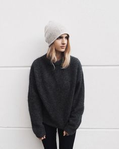 Winter style | Dark grey sweater, black skinnies and a neutral beanie