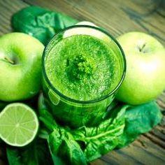 Suco verde com maçãs e água de coco