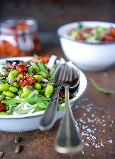 Spidskålssalat med langtidsbagte tomater og edamamebønner