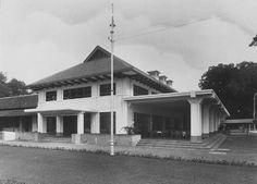 Het gebouw van de Simpang Club in Soerabaja Old Commercials, Dutch East Indies, Colonial Architecture, Surabaya, Archipelago, Java, Art Deco, Cabin, Culture