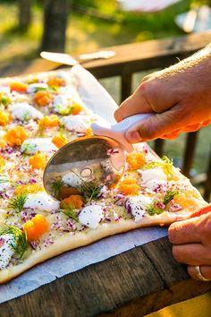 Grillad löjromspizza med rödlök och gräddfil Lunch Items, Good Food, Yummy Food, Looks Yummy, Dinner Tonight, Summer Recipes, Vegetable Pizza, Cravings, Food Porn