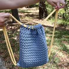 Free Crochet Pattern - Summer Drawstring Backpack - beginner bag pattern with Bernat Maker Home Dec Yarn and photo tutorial Crochet Drawstring Bag, Free Crochet Bag, Crochet Backpack, Crochet Market Bag, Backpack Pattern, Crochet Purses, Crochet For Kids, Drawstring Backpack, Crochet Bags