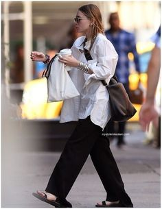 Olsen Daily — Mary-Kate and Ashley Olsen news and pictures! Ashley Olsen Style, Olsen Twins Style, Olsen Fashion, Fashion Outfits, Luanna Perez, Fashion Gone Rouge, Fashion Images, Ideias Fashion, Celebrity Style