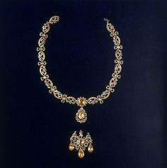 1760 French Necklace with alternate pendant at the Victoria and Albert Museum, London