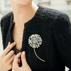 Broche en oro blanco con brillantes White gold brooch with diamonds 👚A beautiful rhinestone brooch.Love this jacket and broachJewelry For Sale Online Refferal: 3062421338 Bead Embroidery Jewelry, Beaded Embroidery, Hand Embroidery, Embroidery Designs, Beaded Jewelry, Beaded Brooch, Pearl Brooch, Fashion Accessories, Fashion Jewelry