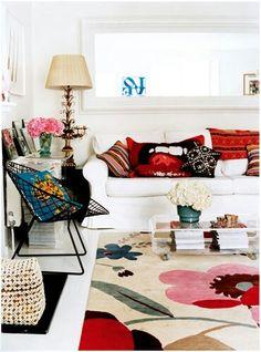Paredes y sofá blanco accesorios coloridos