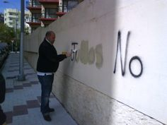 Hola! Soc la Nuria. L'altre dia el meu home i jo vam estar tapant les pintades del barri. Penso que es feina de tots... qui s'apunta demà a fer-ho?