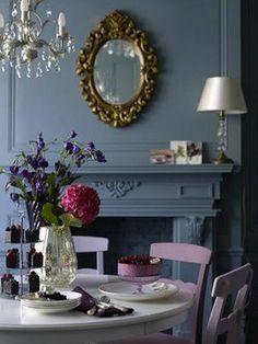 Harmonie de gris bleuté et de violets pour une salle à manger intime