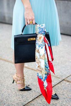 La Hermes bolso Kelly de Estilo con un impresionante Bufanda. Hermes Kelly Bag, Hermes Bags, Hermes Handbags, Women's Handbags, Fashion Bags, Fashion Accessories, Fashion Fashion, Runway Fashion, Fashion Trends