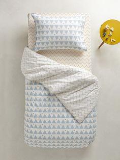 Farandole de losanges parsemée de pois bleus et moutarde : un thème tendrement graphique et sans fausse note pour habiller avec style la chambre de vo