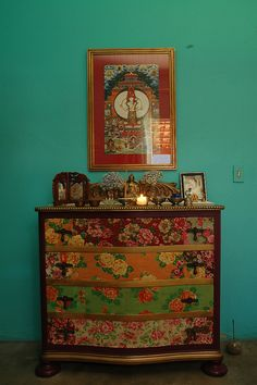 gavetas forradas de chita e parede turquesa