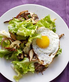 Fresh Spinach Leaves, Fresh Baby Romaine, Sliced Fresh Strawberries, Fresh Mushrooms and a Sunny Side Up Egg..     Brunch!