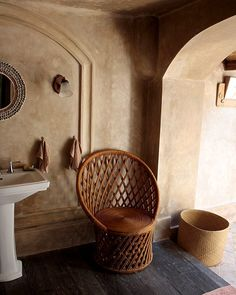 365 mentions J'aime, 3 commentaires - @theislandhouses sur Instagram : « Designed with many indian- inspired,arches and stone walls in natural shades,this hand-woven chair… »
