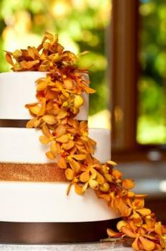 A gallery of bold and unique fall wedding cakes offer bridal couples excellent examples for consideration. Autumn is a time of striking colors and rich flavors. Cake designs can bring these autumn elements into any wedding celebration. Wedding Cake Fresh Flowers, Fall Wedding Cakes, Wedding Flower Arrangements, Wedding Ideas, Wedding Inspiration, Wedding Stuff, Wedding Decorations, August Wedding, Bride Bouquets