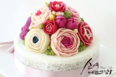 "[ SOYAE CAKE ] 앙금플라워 떡케이크 "" 꽃초롱 "" 소개합니다  ~ 2호사이즈 ( 지름18센치 )  ~ 흑임자설기 ( 흑임자필링 )  ~ Flower CAKE ( 돔형 )  Www.so-ye.co.kr  blog.naver.com / jungjung2015  #소예 #예쁘게담다 #앙금 #앙금케익 #앙금꽃 #앙금케이크 #꽃케익 #앙금꽃 #flower  #beautifull #ricecakes #homebaking#flowermagic #flowercake #buttercremcake #cakedecorating #ranunculus #lilies #rose # pink roses  #korea #design #cake #cupcakes #flowercakeclass #cakeclass #flower #소예 #소예떡 #야탑앙금플라워"