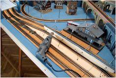 Colocación de farolas y puntos de luz en la maqueta, así como, la ubicación de los edificios en la maqueta.