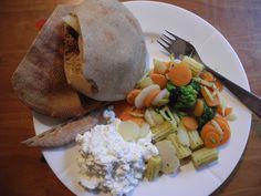 Fullkornspita med ost, paprika og kylling. Stekte grønnsaker og cottage cheese.