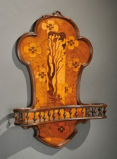 """EMILE GALLE (1846-1904) wall shelf to polylobé coaching walnut moldings decorated with inlaid exotic wood floraux.Signée grounds and located """"Gallé in Nancy """".Vers 1900.H: 67 cm L: 53 cm D: 12 cm"""