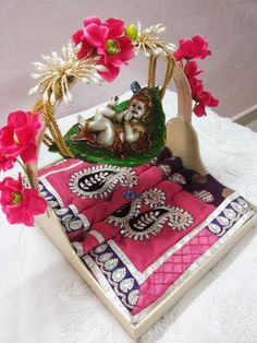 Rose n Wrap: Saree Packing on Radha krishna Theme Thali Decoration Ideas, Diy Decoration, Janmashtami Decoration, Trousseau Packing, Marriage Decoration, Wedding Plates, Wedding Gift Wrapping, Indian Wedding Decorations, Ceremony Decorations