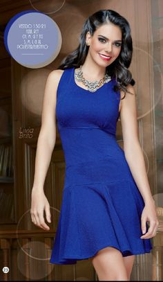 El azul se asocia a la confianza y la seguridad. Combina este vestido con accesorios dorados y ¡listo!