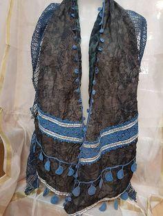 Chal original con apliques de rejilla y bordados. Medidas: 170cmx40cm