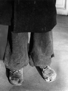 Zerschlissene Kleidung, löchrige Schuhe:  Auch Kleidung war im Krisenwinter 1946/47 Mangelware - trotz Minusgraden schauen hier die blanken Zehen aus dem kaputten Schuhwerk. Tap Shoes, Dance Shoes, Birkenstock Boston Clog, Winter, Spiegel Online, Germany, Death, War, Kleding