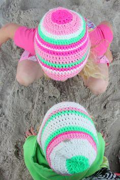 2 Häkelmützen in weiß, grün, pink, rosa, neon
