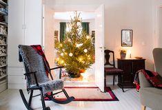 Keinutuoli on perheen äidin lapsuudenkodista 1950-luvulta. Oven edessä pieni silkkimatto. Renginkappi ja peili on ostettu antiikkiliikkeestä. Puutuoli on isän isoäidin kotoa 1920–30-luvulta.
